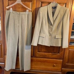 Matching top and bottom business suit set- NICE!